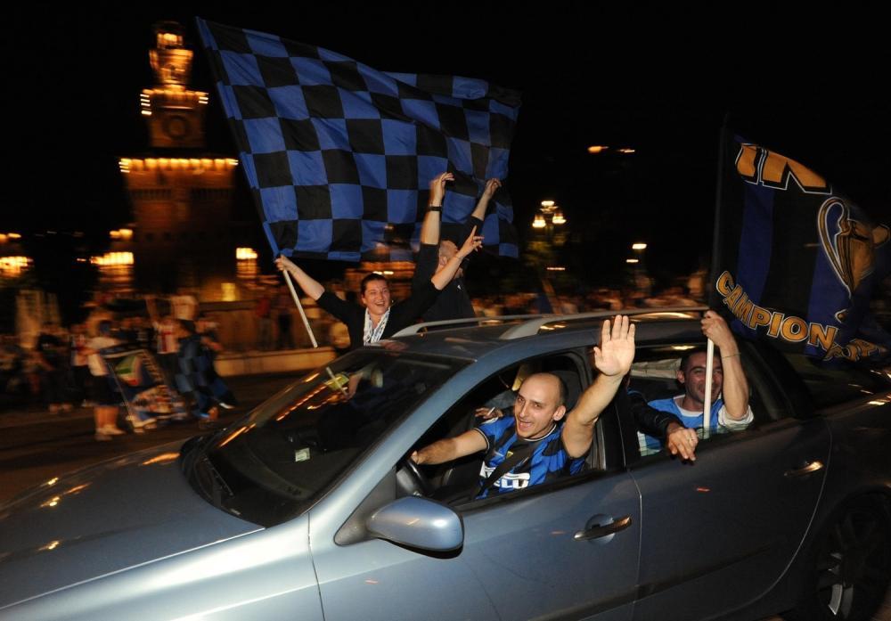 MILANO 22/5/2010 TIFOSI DELL' INTER FESTEGGIANO IN PIAZZA CASTELLO FOTO ROMANO/AG ALDO LIVERANI